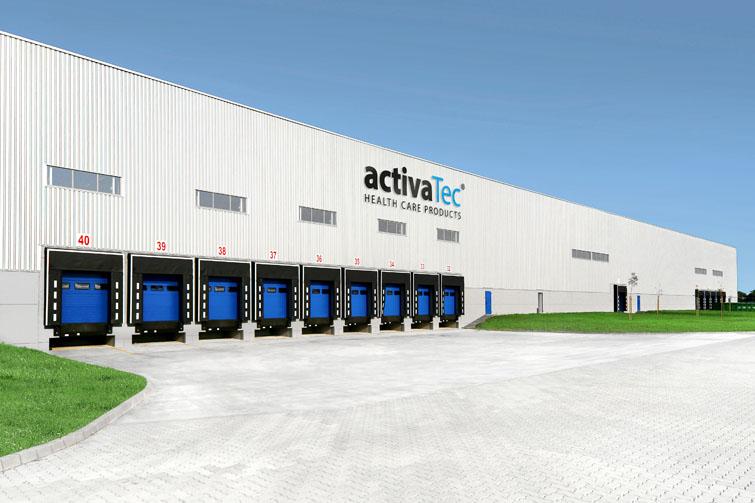 Lagerhalle mit blauen Himmel und 9 großen Toren. activaTec® Health Care Products