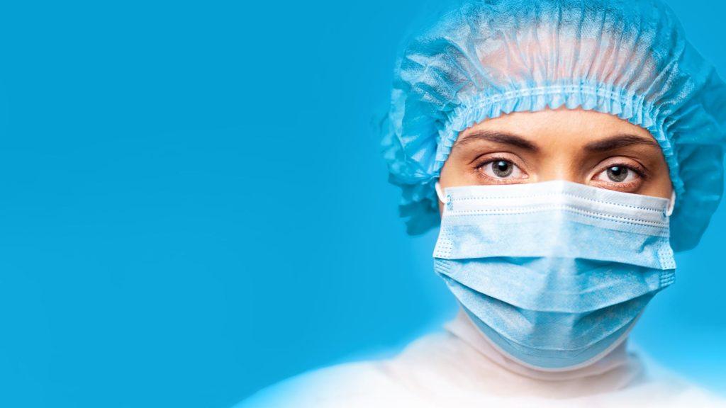 Eine Frau trägt Mundschutz und Haube von activaTec® Health Care Products