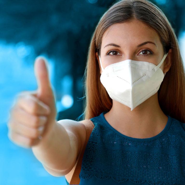 Eine Frau trägt eine filtrierende Halbmaske von activaTec® Health Care Products