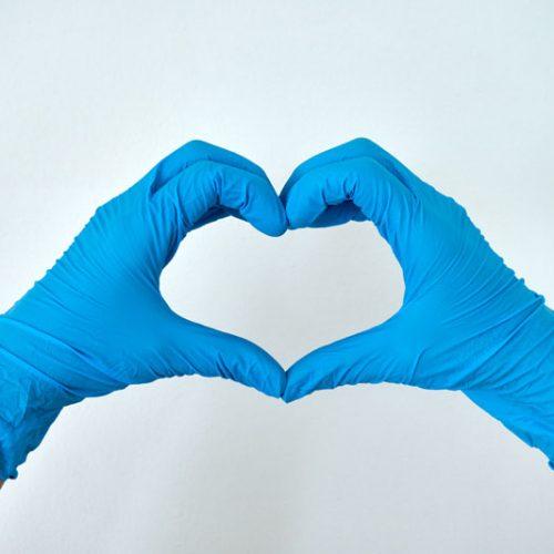 Einmalhandschuhe von activaTec® Health Care Products formen ein Herz